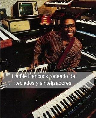 Herbie Hancock rodeado de teclados y sintetizadores